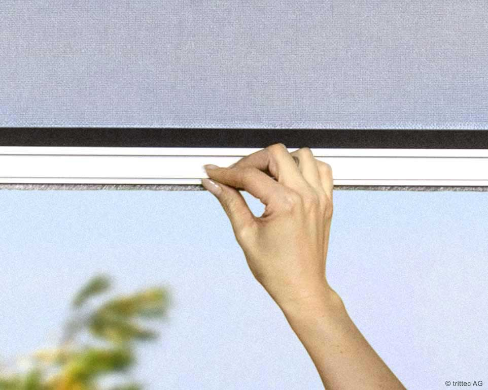 Grip bar for easy operation of the roller blind